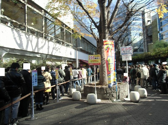 西銀座チャンスセンター 年末ジャンボ宝くじ 行列