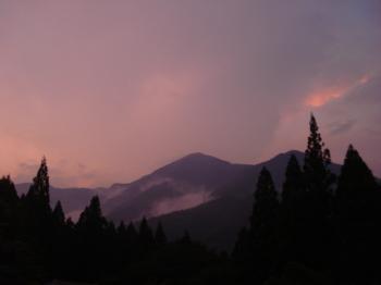 山が燃えている