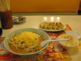 チーズ味噌ラーメン(ライス無料サービス)餃子