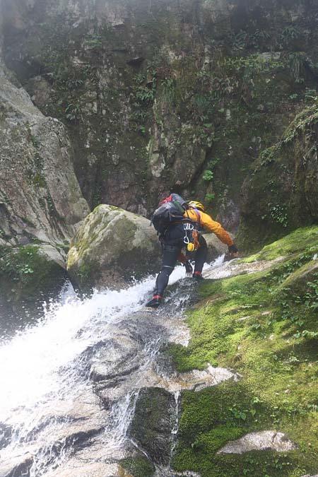 唐戸の滝手前ゴルジュを登る
