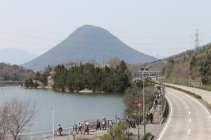 飯野山前を歩く