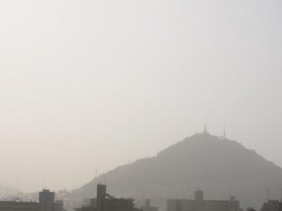 20101112_黄砂の中の黄金山
