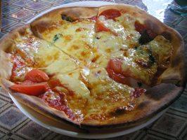 トマトとバジルのピザ