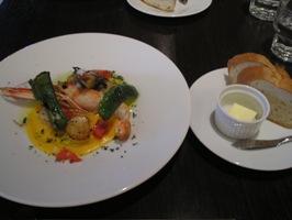 メインの「ホタテとスキャンピのグリエ 魚介と野菜のソース」