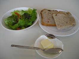 サラダと食べ放題のパン
