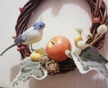 リンゴと鳥のリースを寄りで。