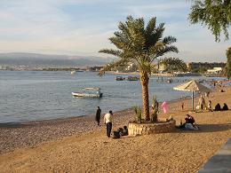 ヨルダン アカバ中心地のビーチ