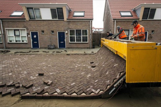 Huge machine lays an entire street of bricks like a printer
