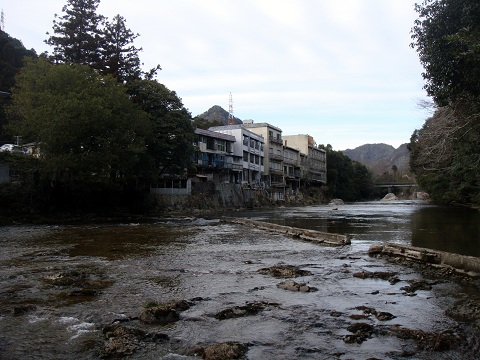 河原から見た宿