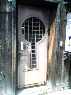 黒壁スクエアの可愛いドア
