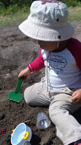お砂場でホリホリ。