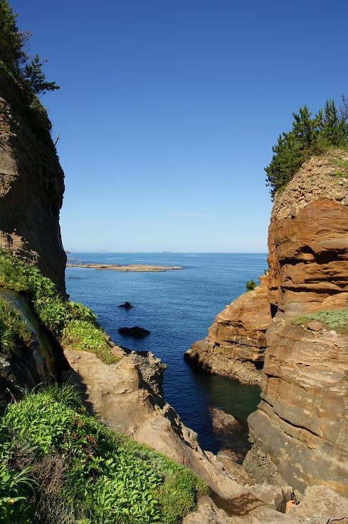 ごつごつした岩肌から覗く日本海