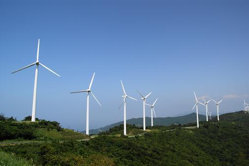 佐田岬半島の山々に連なる風車