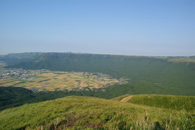 大観峰から見る外輪の山々と田園
