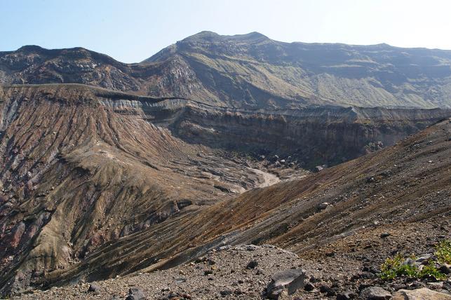 荒々しい岩肌の山々