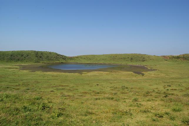 草千里 西側グリーンの絨毯に湖が浮かぶ