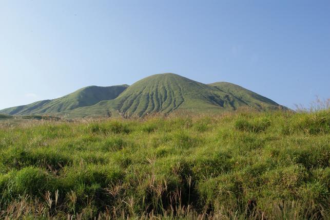 緑にそびえる往生岳
