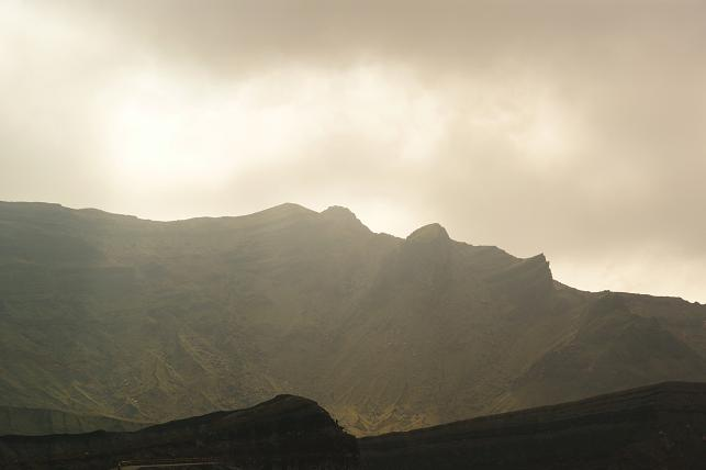 照らされる山