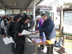 榛原駅前の受付 人がいっぱい