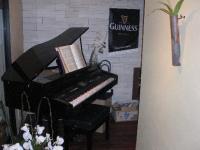 入口にピアノがあるよ