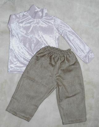 ハイネックシャツとズボン