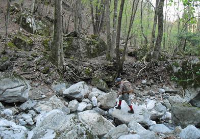 水簾の滝の下流・沢を渡る