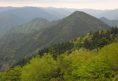 展望台より卯月山と斧山