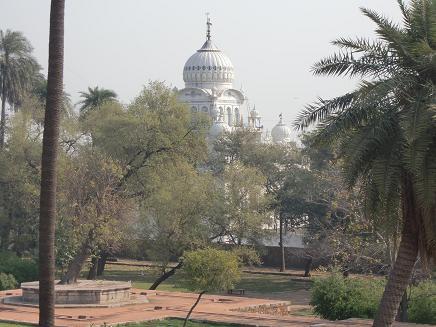 18 フマユーン廟から見える寺院