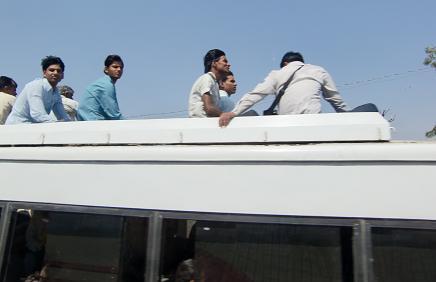 5 バスの屋根に