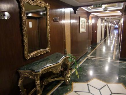 2 アグラ・ホテルのEVホール前