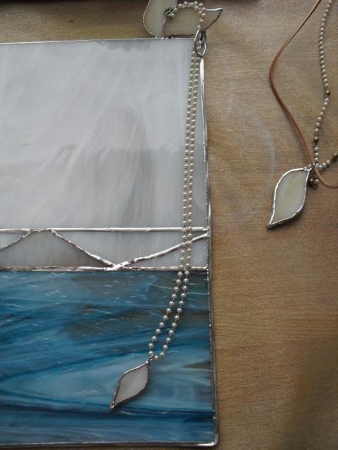 クリスマス作品展天使の羽根 ネックレスとパネル
