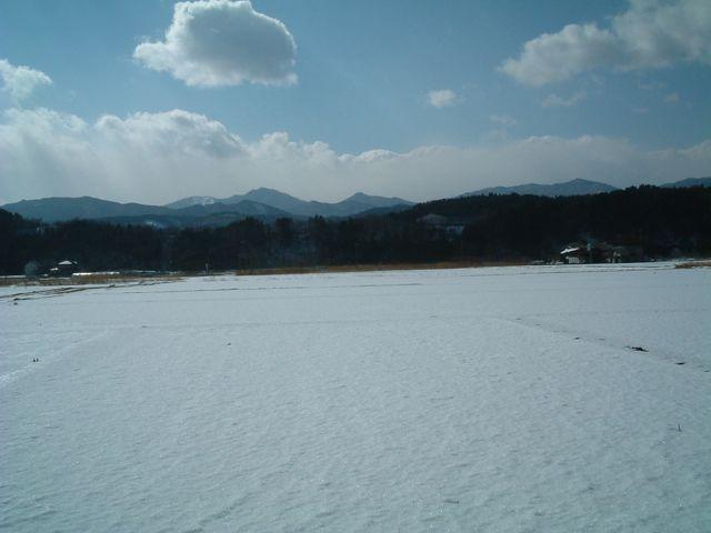 青い山と空