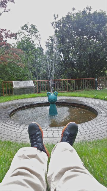 20111005幸四郎噴水に足