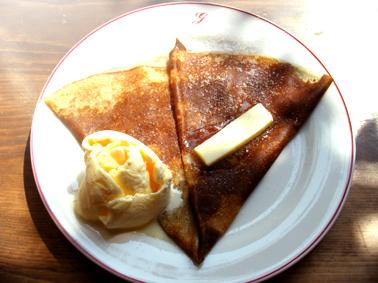 『ガレットリア』のバターと砂糖のクレープ