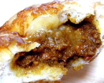 『ブランジェリー エ カフェ マンマーノ』の焼きカレーパン