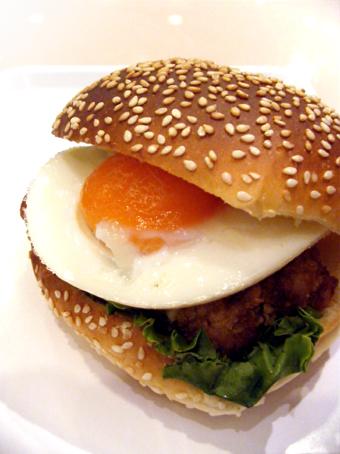 『サンマルクカフェ』の絶品月見照り焼きチキンバーガー