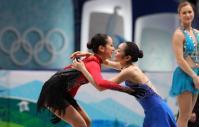金メダリストの金妍児(韓国)(中)を祝福する銀メダルを獲得した浅田真央(左)