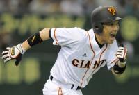 2点適時二塁打を放ち、雄たけびをあげながら一塁へと向かう木村拓選手(東京ドーム2009年4月11日)