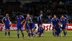 PK戦でパラグアイに敗れて肩を落とす日本代表の選手たち