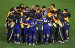 延長戦ヘ向け円陣を組む日本の選手たち。