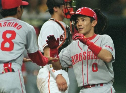 4 2001年4月30日巨人戦で三回表広島1死、木村拓也(右)が右越えに勝ち越しのソロ本塁打を放ち祝福される=東京ドームで撮影