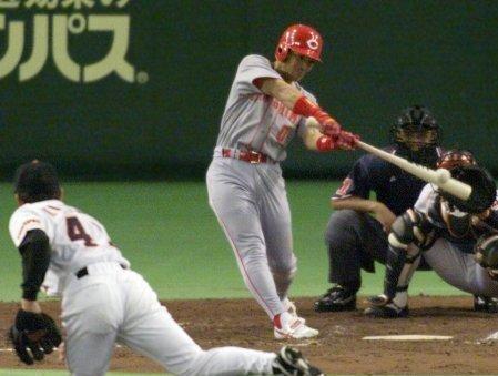 3 2001年04月30日 巨人戦で左中間へ勝ち越し本塁打を放つ。投手・木村龍治(東京ドーム)