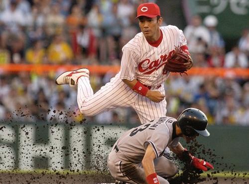 9 2003年8月10日阪神戦 一回表阪神1死一塁 今岡ショートゴロで赤星二塁封殺。一塁に転送しダブルプレー(野手・木村拓)=広島市民球場で撮影