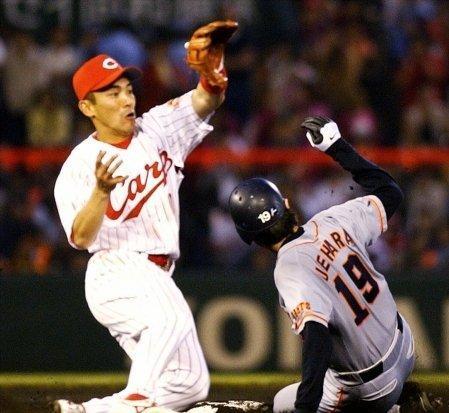 7 2002年05月25日 二塁ベース上で送球を受ける。右は滑り込む巨人の上原浩治(広島)