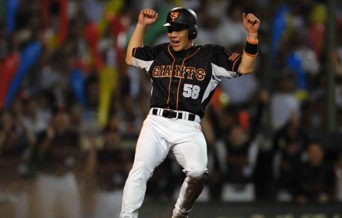 04 2006年8月25日【阪神・巨人】七回表巨人2死二、三塁、高橋由の左前適時打で二塁から木村拓が生還し、ガッツポーズ=阪神甲子園球場で撮影
