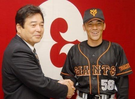 01 2006年06月06日 広島から巨人へ移籍が決まり、会見で清武英利球団代表(左)と握手