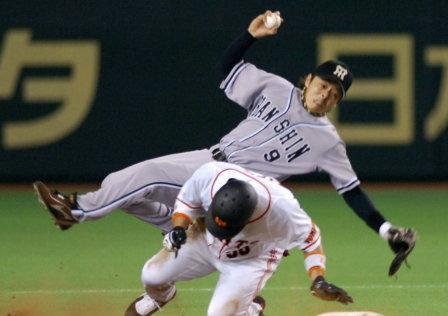 02 2006年07月01日 併殺を阻止するため阪神・藤本敦士二塁手(上)にスライディングする(東京ドーム)