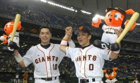 08 2007年06月20日 阿部慎之助(左)とともにファンの声援に応える(東京ドーム)