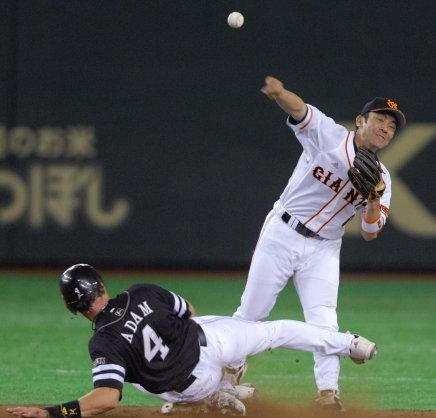 06 2007年05月30日 ソフトバンク戦で二塁から一塁に転送して併殺を成立させる(東京ドーム)