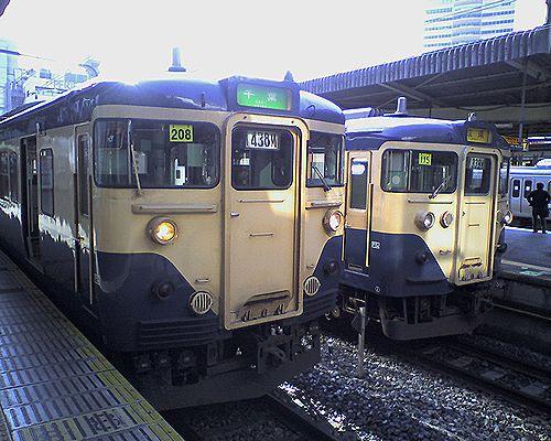 千マリ113「208」編成(左)と「115」編成(右)(2010年2月21日・千葉駅)